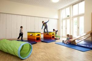 Der Bewegungsraum bietet Raum zum Turnen und nachmittags für Yoga und Liedergarten