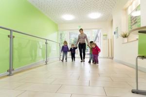 Über die Eingangshalle führen die Wege in den Außenspielbereich und in die Gruppentrakte.