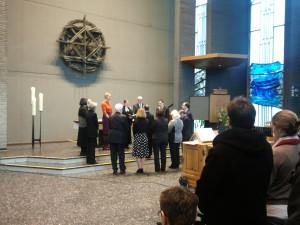 Pfr. Benedetti wird durch Superintendentin TGetz und das Presbyterium eingeführt